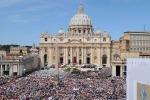 Vaticano, Papa Francesco apre un dormitorio per clochard