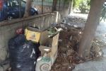 Sul marciapiede è stato abbandonato di tutto: sacchi pieni di immondizia e scatole