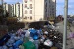 Spazi verdi pubblici nel degrado e rifiuti abbandonati sui marciapiedi di Palermo