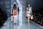 La donna Versace è cambiata: èaudace ma fresca, sensuale ma sofisticata