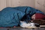 Palermo, giovani versano della vernice su un senzatetto
