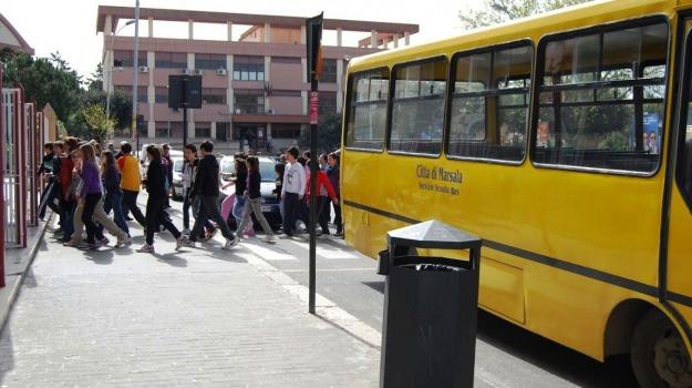 autisti, genitori, protesta, scuolabus, Trapani, Cronaca