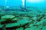 Le colonne e il basolato rinvenuti nelle acque del porto di Sottomonastero
