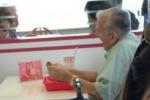 Vedovo in un fast food con la foto della moglie sul tavolo: il web commosso