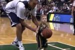 Realizza un canestro con i suoi idoli del basket: per un bimbo il sogno diventa realtà. Il video