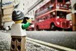 Piccoli Lego in giro per il mondo a fotografare: la curiosa iniziativa di un reporter inglese