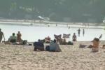 A Mondello spiaggia affollata e bagni a metà ottobre