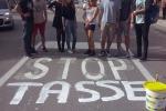 Palermo, no all'aumento delle tasse: universitari imbiancano le strisce blu. Le foto