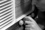 La radio ha 90 anni, tra voci e suoni ha raccontato quasi un secolo