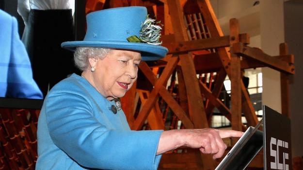 ipad, regina, social network, sovrana, twitter, Regina Elisabetta, Sicilia, Società