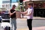 Mago rende felice un senzatetto: ecco come. Il video