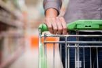 In fila al supermercato: la spesa ora è compito degli uomini