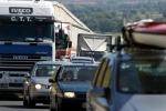 Tir si ribalta sulla Catania-Messina, tre feriti: traffico in tilt
