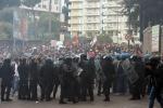 Bce, vertice ad alta tensione a Napoli: scontri tra manifestanti e polizia, si temono infiltrati
