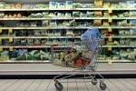 """Consumi, gli italiani spendono meno ma """"meglio"""" per il cibo"""