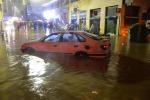"""Alluvione a Genova: un'altra notte di paura per due """"bombe d'acqua"""", i temporali allagano la città"""