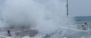 """Vento e pioggia torrenziale: Eolie isolate e """"fiume"""" di pomice a Lipari"""