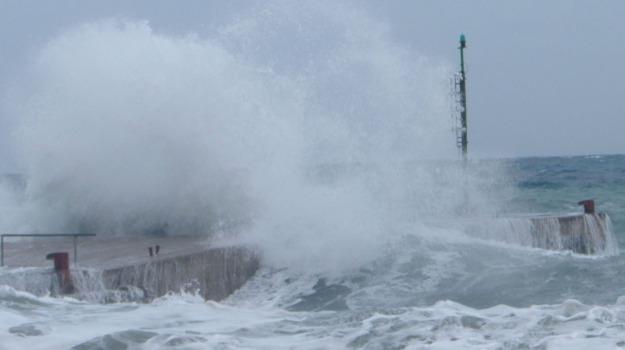 """Vento e pioggia torrenziale: Eolie isolate e """"fiume"""" di pomice a Lipari - Giornale di Sicilia"""