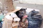 Palermo e i rifiuti lasciati per le strade, al Borgo Vecchio il risveglio è in mezzo alla spazzatura