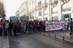 Studenti in piazza in tutta Italia: a Palermo centro paralizzato. Uova contro le banche: le foto