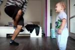 Bimbo si allena ogni mattina con il papà: ecco il video che sta conquistando il web