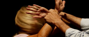 Spezza le gambe alla moglie per chiuderla in casa: arrestato a Gela