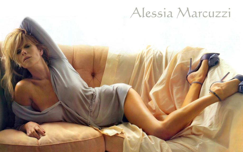 Alessiamarcuzzi Calendario.La Sexy Alessia Marcuzzi Salpa Per L Honduras E La Nuova