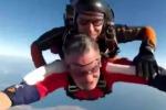 Nonno di Partinico si lancia con il paracadute a 75 anni: il volo da 4 mila metri di altezza - Video