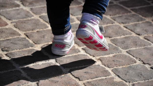 bambina, gambe, mesi, protesi, Sicilia, Vita