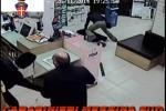 Raid di 2 minorenni in una farmacia a Messina, ma a sopresa arrivano i carabinieri - Video