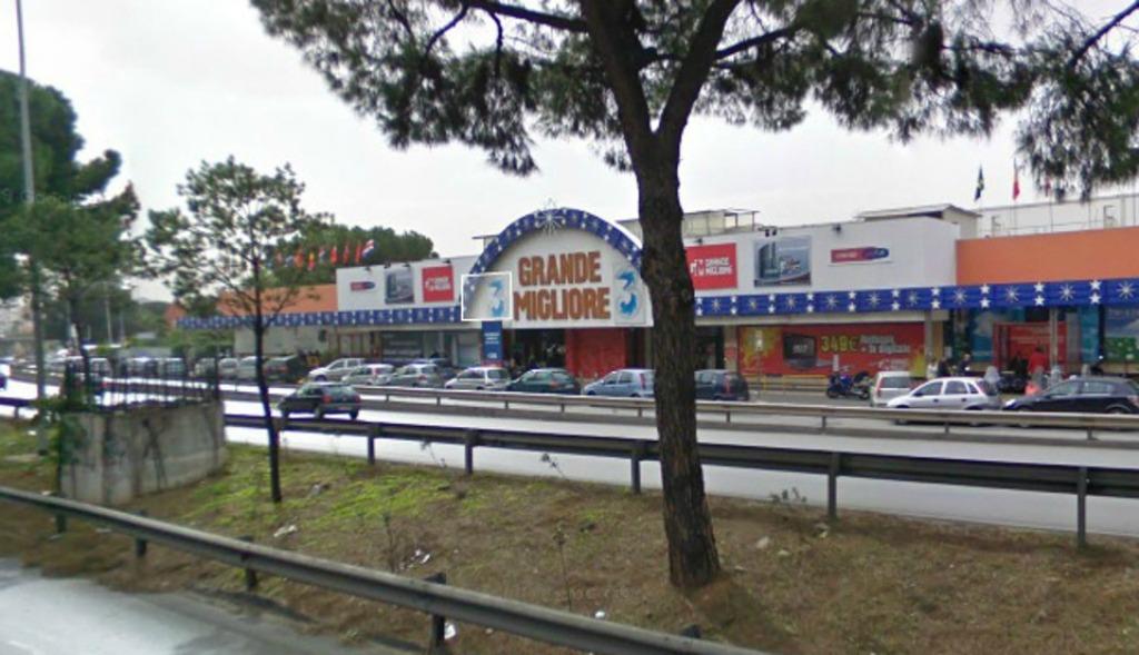 Tentano il furto in un negozio chiuso, cinque arresti della polizia
