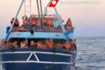 Mille profughi salvati nel canale di Sicilia, a bordo di un barcone c'è anche un cadavere