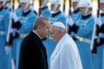 """Viaggio in Turchia, il Papa alla moschea """"blu"""" di Instanbul"""