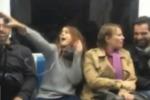 """Canta e balla in metro la sigla del cartone animato """"Robin Hood"""", stupore tra i passeggeri: ecco chi è il nuovo idolo del web - Video"""