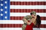 Saluta la moglie al ritorno dall'Afghanistan: la foto del bacio fa il giro del mondo