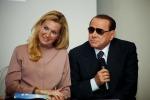 Ricaduta dell'uveite, Berlusconi torna a indossare gli occhiali da sole. Le foto