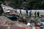 Nepal, un autobus precipita nel fiume: recuperati 47 cadaveri