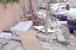 Le discariche che «riposano» sui materassi a Palermo, allarme diserbo a Brancaccio