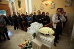 """Lo strazio dei parenti al funerale: """"Ma nessuno giudichi"""""""