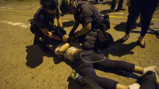 arresti, polizia, scontri, Sicilia, Mondo