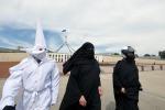 Caos a Ferguson, Anonymous ruba account twitter del Ku Klux Klan