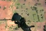 Paura per un paracadutista: si lancia ma resta impigliato all'aereo - Video