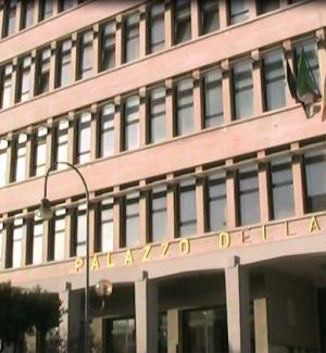"""Libero consorzio di Ragusa, protesta dei dipendenti sul tetto: """"Vogliamo risposte"""""""