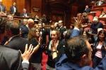 Sblocca Italia è legge, ma è bagarre in Aula con i senatori del M5S