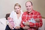 Alberto II di Monaco e Charlene presentano al mondo i loro due gemelli: le foto sui social