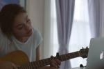 """Una ragazza, una nonna e una canzone: arriva """"The song"""", il nuovo spot della Apple per Natale - Video"""