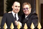 """Elton John, il re del pop ha detto """"sì"""" al suo compagno: festa sui social per le prime nozze vip - Foto"""