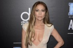 Decolleté da urlo sul red carpet, Jennifer Lopez campionessa di sensualità ai People Awards - Foto