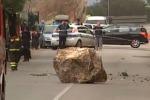 Palermo, masso cade in strada: paura all'Addaura