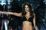 A Londra gli angeli di Victoria's Secret accendono la passerella